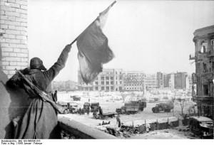 ADN-ZB/TASS II. Weltkrieg 1939-45 Schlacht um Stalingrad vom Juli 1942 bis Februar 1943 über dem zentralen Platz in Stalingrad weht die sowjetische Fahne - die Rote Armee hat gesiegt; Ende Januar, Anfang Februar 1943